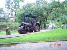 MÁQUINA À VAPOR ROLO COMPRESSOR dos tempos das máquinas à vapor, uma raridade que merece a admiração de todos. Existe um estacionado na Praça principal da cidade de Rio Negro-PR ao lado de Mafra-SC, no Sul do Brasil.