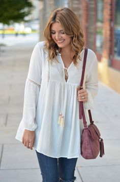 white peasant top outfit - peasant top with burgundy tassel bag | www.bylaurenm.com