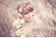 winterliches blumen haarkranz brautshooting 0018 Fotos Anja Schneemann photography Blumen Milles Fleurs VISAGISTIN UND MODEL: Christina Nietert Coton # Baumwolle # Haarkranz # Winter # Wedding