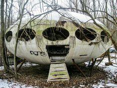 Abandoned Piece of Tiny House History – 1968 Futuro House in Pennsylvania Abandoned Buildings, Abandoned Property, Abandoned Mansions, Abandoned Places, Pennsylvania, Futuristic Home, Haunted Places, Urban Exploration, Storyboard