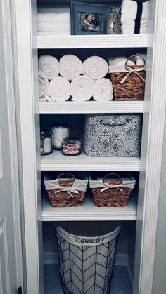 Clever ways to rethink the linen closet - # poss . Clever ways to rethink the linen closet – # Linen closet Bathroom Closet, Linen Closet, First Apartment Decorating, Home Diy, Linen Closet Organization, Home Organization, Home Decor, Bathroom Decor, Apartment Decor