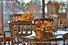 Arranjo de mesa com flores e sementes, seguindo a tendência botânica.  Decoração botânica com muitas plantas e flores tropicais são tendências para casamentos em 2017.  Decoração: Maria Manuela Eventos