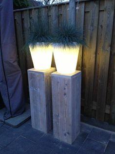 Steigerhouten zuilen en lichtgevende potten!
