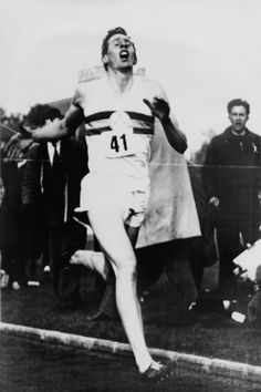 Roger Bannister Achieving the Four-Minute Mile, Oxford, Uk, May 1954 Sports Photo - 41 x 61 cm Four Minute Mile, Four Minutes, Most Popular People, Famous People, Popular Sports, Iconic Photos, Amazing Photos, Poster Design Inspiration