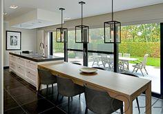 Een kookeiland met tafel is prachtig in een grote open ruimtes