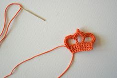 Crochet a Crown Crochet Motifs, Crochet Mandala, Crochet Stitches, Crochet Patterns, Crochet Gratis, Crochet Baby, Knit Crochet, Crochet Embellishments, Knitted Flowers