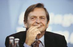 """""""La sociedad tiene que vivir según el código de que las personas tienen el mismo valor.""""  - Olof Palme, 1927-1986. Político sueco, líder del Partido Socialdemócrata de Suecia desde 1969. Primer Ministro de Suecia entre 1969 y 1976, reelecto en 1982. El 28 de febrero de 1986 cuando aún ejercía el cargo de Primer Ministro, fue asesinado por un desconocido mientras paseaba en compañía de su esposa tras salir del cine."""