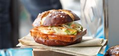 Leberkäse-Burger mit Coleslaw