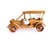 Coche clásico juguete de madera 08 en mano