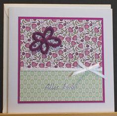 Grußkarte aus hochwertigem Kartenpapier mit dekorativen Elementen aus verschiedenen Papieren, Schleifenband, Filz und Stickern. Die Karte wurde in Handarbeit gefertigt.