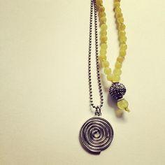 Collares, espiral en plata y ágatas.