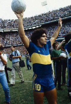 Diego Maradona salutes his fans at Boca Juniors Football Names, Football Icon, Football Photos, Sport Football, Football Players, All Star, Diego Armando, Retro Pictures, Retro Pics