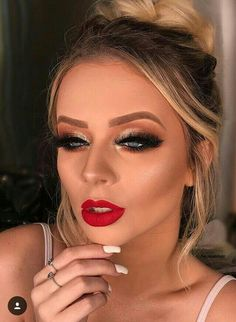 glowy wedding makeup Holiday makeup looks; promo makeup looks; wedding makeup looks; makeup looks for brown eyes; glam makeup looks. Party Makeup Looks, Holiday Makeup Looks, Glam Makeup Look, Cute Makeup, Beauty Makeup, Makeup Glowy, Christmas Makeup, Beauty Tips, Beauty Hacks