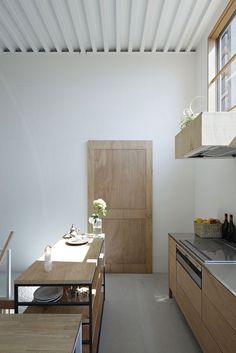 House in Itami - Tato Architects - kitchen design is treated more like a piece if furniture. Kitchen Interior, New Kitchen, Kitchen Island, Warm Kitchen, Wooden Kitchen, Kitchen Reno, Kitchen Storage, Kitchen Remodel, Kitchen Ideas