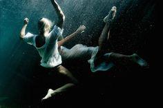 La photographe Claudia Legge capture de très beaux portraits de femmes nues sous l'eau. Les femmes apparaissent comme des déesses et sculptures diaphanes quasi-mythologiques. Une sélection de ses clichés très sensuels est à découvrir dans la galerie.
