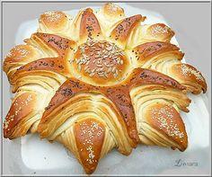 Napraforgó kalács - Hungarian sunflower-shaped sweet bread.