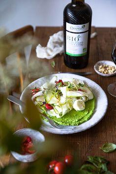 Une salade de courgette à l'Italienne, avec de la mozzarella, des tomates cerises, des framboises et pimpée avec la délicieuse huile d'olive Carapelli. Et le petit plus, cette purée de petits pois pour lier tous les ingrédients.  #foodphotography #foodstyling #recette #huiledolive #italianfood #carapelli #moody #italie #cuisinesaine Olives, Mozzarella, Camembert Cheese, Dairy, Instagram, Food, Cherry Tomatoes, Raspberries, Olive Oil