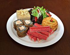 Arroz Integral, Carne de Siri Gratinada com Queijo Parmesão, Kanikama, Sushi de Salmão e Salada de Alface Crespa e Roxa com Tomates Cerejas.