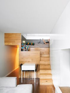 Mini loft de 45m2 @Manhattan Le propriétaire de ce loft de 45 m², en plein centre de Manhattan, a décidé de revoir totalement l'organisation de son intérieur, pour y apporter une véritable transformation. C'est ce qui l'a décidé a faire appel à l'architecte Darrick Borowski de l'agence Digital Architecture pour revoir entièrement l'intérieur du loft. David Borowski est parti d'une idée assez géniale, réunir dans un bloc en bois la cuisine, la chambre et la salle de bain.