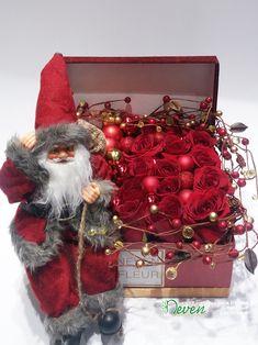 Aranžman za čestitanje Nove godine sa Deda mrazom i ružama