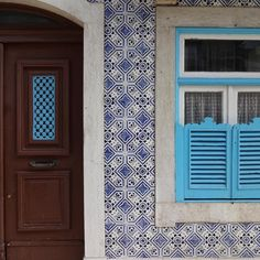 #azulejo #azulejos #tile #tiles #tiled #fliser #city #art #urban #urbanart #design #azulejospadrao #amantedelosazulejos #azulejosdeportugal #azulejocollector #portugaldenorteasul #wanderlust #ihavethisthingwithtiles #lisboa #lisbon #portugal #visitportugal #super_portugal #streetphotography #gerador #architecture #p3top #vintage #portasejanelas #poetry