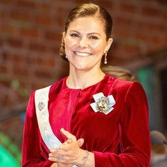 Crown Princess Victoria of Sweden attended the Royal Swedish Academy of Agriculture and Forestry's formal gathering held at Stockholm City Hall. She presented also the Academy's medals. The evening ended with a banquet in the Gilded Hall. Princess Victoria Of Sweden, Princess Estelle, Crown Princess Victoria, Fashion Looks, Beauty And Fashion, Royal Fashion, Queen Silvia, Queen Elizabeth Ii, Red Gowns