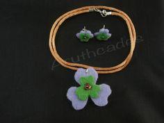 Conjunt flor d'arracades i collaret de feltre. Referència :FL-CON-015 Material : Feltre Pes : 2g