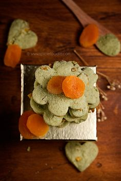 apricot and matcha green tea shortbread cookies! I want to try this..looks super simple!