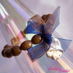 Bracelet élastique avec perles de verre indiennes, breloque argentée et noeud double en organsa. Pièce unique ! Caramel, Artisanal, Unique, Glass Beads, Jewelry Designer, Stretch Bracelets, Hair Bow, Indian, Sticky Toffee