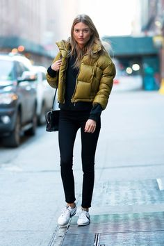 Martha hunt street style - out in chelsea, nyc Martha Hunt, Model Street Style, Casual Street Style, Fall Winter Outfits, Winter Fashion, Winter Style, Chelsea Nyc, Black Skinnies, Summer Outfits