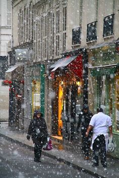 Winter in Paris. I would *SO* love to see Paris in winter! Snow Scenes, Winter Scenes, The Places Youll Go, Places To Go, Rue Mouffetard, I Love Paris, Paris Photos, Paris Images, France Travel