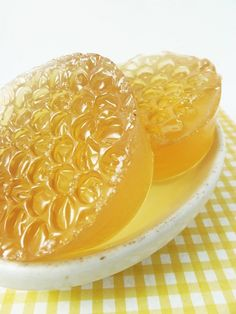 Melt-and-Pour Honey Soap Recipe How to Make Honey Soap - great for your skin, and only takes five minutes to make Soap Making Recipes, Homemade Soap Recipes, Beeswax Recipes, Homemade Soap Bars, Diy Cosmetic, Diy Savon, Melt And Pour, Wie Macht Man, Honey Soap