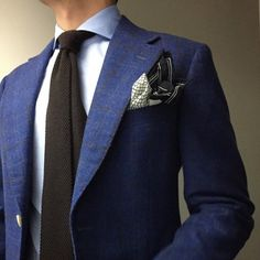 A nice blue suit in combination with a dark brown tie. But the excessive pocket square is unnecessary. Style Gentleman, Gentleman Mode, Dapper Gentleman, Classic Men, Classic Suit, Sharp Dressed Man, Well Dressed Men, Best Blue Suits, Style Dandy