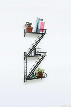 Une étagère en escalier de secours