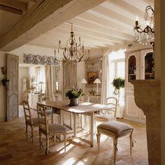décoration maison de campagne - salle à manger blanche et énigmatique avec carrelage de sol en pierre, table et chaises en bois, lustres vintage et placard blanc