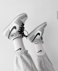Dr Shoes, Nike Air Shoes, Hype Shoes, Me Too Shoes, Nike Socks, Swag Shoes, Moda Sneakers, Shoes Sneakers, Grey Sneakers