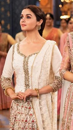 Do what ever for her i don't care yarrr Safina yhee sab faltu clothes don't talk to me about this yarr Pakistani Fashion Party Wear, Indian Bridal Fashion, Pakistani Outfits, Bollywood Fashion, Indian Outfits, Bollywood Style, Alia Bhatt Photoshoot, Alia Bhatt Cute, Bollywood Celebrities