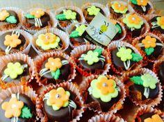 Pão de mel decorado com flores de pasta americana  Pode ser feito em outras cores e temas.  Desconto de 10% no valor do cento.   ........................................................................................................................... Recheio:  * Brigadeiro tradicional * Brigadeiro branco * Beijinho de coco * Doce de leite  ............................................................................................................................. Como comprar  1. Clique…