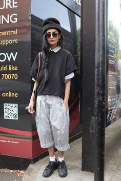 женские кюлоты брюки с кофтой и черными кедами