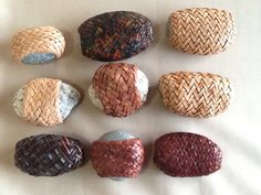 Wraped Stone Gaucho Knot of Two Pssses Pebble Painting, Pebble Art, Stone Painting, Crafts For Boys, Hobbies And Crafts, Arts And Crafts, Weaving Projects, Weaving Art, Rock Sculpture