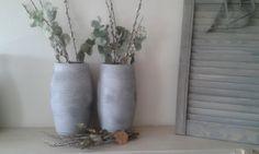 stoere vazen met toef van eucalyptus en takken. karinswonenenzo.nl