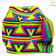 Cabo Wayuu Mochila bags are intricate in their designs, can take approximately 18 days to weave. Hand Woven Strap using woven one thread. Handmade in South America by the indigenous Wayuu people. Mochila Crochet, Crochet Bags, How To Make Purses, Tapestry Crochet, Bargello, Bunt, Hand Weaving, Crochet Patterns, Handmade