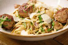 Maal zelf het vlees voor de salciccia in deze pasta van de houthakster. Er komen nog bospaddenstoelen en gerookt spek of pancetta bij. Een perfecte maaltijd om volop van te genieten!