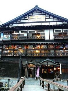 大正4年に建設された木造4階建の宿。  2階の壁面を彩る華やかな「鏝絵」(こてえ)と呼ばれる絵は必見です!古山閣の鏝絵は、鯉のぼりや雛人形などの一年の季節の風景が描かれています。