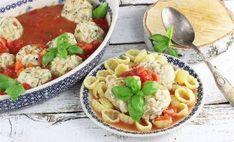 Pulpety z kurczaka w sosie pomidorowym Polish Recipes, Calzone, Halloumi, Mozzarella, Pasta Salad, Nom Nom, Grilling, Ethnic Recipes, Food