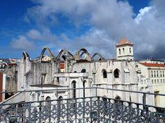 Blick vom Elevator de Santa Justa auf die Ruinen der Carmo Kirche in Lissabon