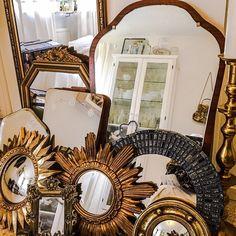 Spegel spegel på väggen där...Nu börjar min spegelvägg så sakteliga ta form  #livet #lycka #loppis #loppisfynd #loppislycka #loppisyra#spegel #solspegel#guld#guldspegel#gammal#mässing #mosaik#mässingsljusstake