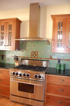 Futuro Futuro's Rainbow Wall Range Hood has a traditional design so it can fit perfectly in any kitchen while tying together each and every element. Home Kitchens, Craftsman Interior, Kitchen Remodel Small, Kitchen Design, Bungalow Kitchen, Home Decor Kitchen, Kitchen Redo, Craftsman Kitchen, Kitchen Styling