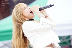Moonbyul singing her heart out. Hmm... She looks like she can pull off rock