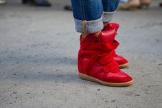 Street Style: looks sporty (pero chic). Son cómodas, son bonitas y son súper tendencia. Las sneakers con cuña ahora compiten con los Manolos gracias a las Willow de Isabel Marant.